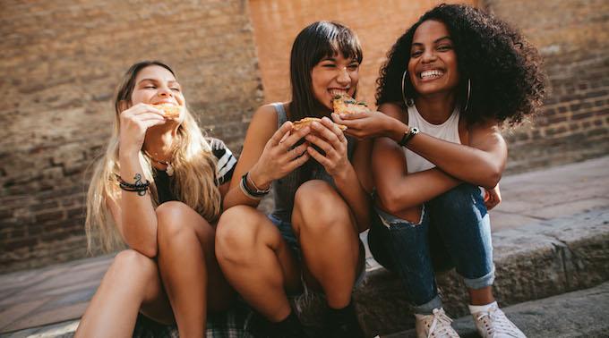 women-eating-pizza